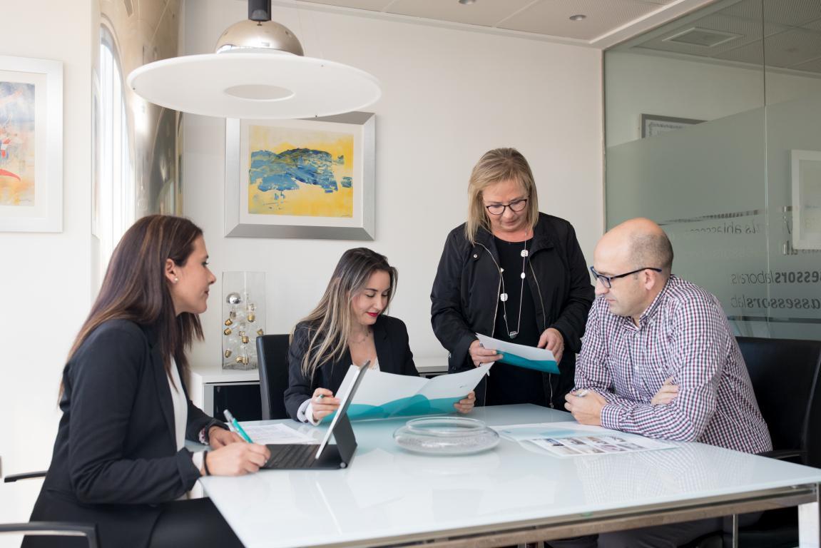 Nuestro despacho es una herramienta al servicio de las empresas y los empresarios con una completa estructura interna totalmente profesionalizada y digitalizada para resolver cualquier tipo de situación en cualquier escenario. Nuestro equipo afronta las circunstancias que presentan sus clientes con franqueza y objetividad.